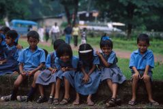 Goa, India, circa settembre 20002: Scolari che sorridono per la macchina fotografica immagine stock libera da diritti