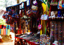 Goa, India - 16 dicembre 2016: Il ` s delle donne e gli accessori del ` s degli uomini ad un ` locale s del venditore comperano s Fotografia Stock Libera da Diritti