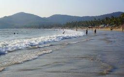 GOA, INDIA - FEBRUARI 27, 2014: de plaatselijke bewoners en de toeristen ontspannen op stock afbeeldingen