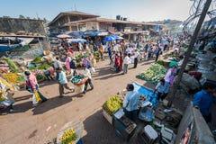Goa, India - Februari 2008 - Plaatselijke bevolking die bij de wekelijkse Mapusa-Voedselmarkt winkelen royalty-vrije stock afbeeldingen