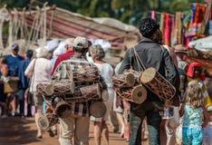 Goa, India - gennaio 2008 - turisti e commercianti locali al mercato delle pulci settimanale famoso in Anjuna Immagini Stock