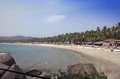 GOA, INDIA - 31 GENNAIO 2014: Vacanzieri, venditori, caff? sulla spiaggia tropicale Palolem immagini stock