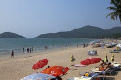 GOA, INDIA - 31 GENNAIO 2014: Vacanzieri, venditori, caff? sulla spiaggia tropicale Palolem fotografia stock libera da diritti