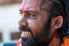 Goa, India - Januari 2008 - het Glimlachen portret van een Indische sadhu, heilige mens Stock Foto