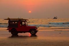 GOA INDIA, MARZEC, - 1: Czerwony samochodowy dżip z ratownikami na Arambol beac obraz royalty free