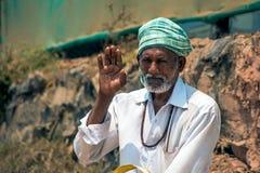 Goa India, Marzec, - 26, 2017: Stary Indiański mężczyzna portret strzelający w arambol Obraz Royalty Free