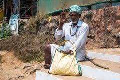 Goa India, Marzec, - 26, 2017: Stary Indiański mężczyzna portret strzelający w arambol Zdjęcia Stock