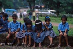 Goa, India, około Wrzesień 20002: Dzieci w wieku szkolnym ono uśmiecha się dla kamery obraz royalty free