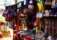 Goa Indien - December 16, 2016: Kvinna` s och tillbehören för man` s på en lokal försäljare` s shoppar på vägen till den Anjuna s Royaltyfri Foto