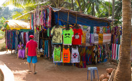 Goa, Indien - 16. Dezember 2016: Ein lokaler Bürger, der auf dem Weg Kleidung und Zubehör an Anjuna-Strand verkauft Lizenzfreie Stockbilder