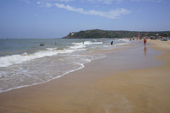 GOA, INDIEN - 27. FEBRUAR 2014: Einheimische und Touristen entspannen sich auf Lizenzfreie Stockfotos