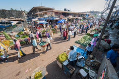 Goa, Indien - Februar 2008 - lokale Leute, die am wöchentlichen Mapusa-Lebensmittel-Markt kaufen lizenzfreie stockbilder