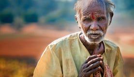Goa, Indien - Januar 2008 - alter Bettler an einer berühmten wöchentlichen Flohmarkt in Anjuna Lizenzfreies Stockfoto