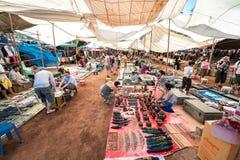 Goa, Indien - Januar 2008 - Touristen und lokale Händler an der berühmten wöchentlichen Flohmarkt in Anjuna Lizenzfreies Stockfoto
