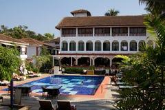 Goa, la India - 16 de diciembre de 2016: Área de la piscina de un hotel en Baga, Goa Imagenes de archivo