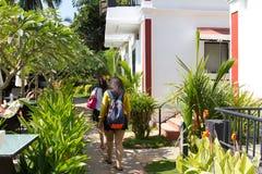 Goa, la India - 16 de diciembre de 2016: Dos turistas femeninos indios que caminan junto en un hotel Foto de archivo libre de regalías