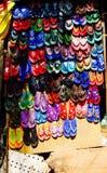 Goa, la India - 16 de diciembre de 2016: Las chancletas localmente hechas exhibidas en una tienda cerca de Anjuna varan Fotos de archivo