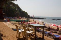 Goa, la India - 16 de diciembre de 2016: Vea fuera del restaurante popular de la playa de la cabaña de Curlies en la playa de Anj Imagen de archivo