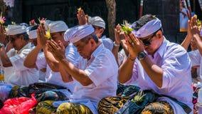 GOA LAWAH, BALI, INDONESIA - 3 de noviembre de 2016: Balinese que ruega en ceremonia en el templo de Pura Goa Lawah, Bali, Indone Imagen de archivo