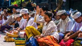 GOA LAWAH, BALI, INDONESIA - 3 de noviembre de 2016: Balinese que ruega en ceremonia en el templo de Pura Goa Lawah, Bali, Indone Fotos de archivo libres de regalías