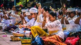 GOA LAWAH, BALI, INDONESIEN - November 3, 2016: Balinese som ber på ceremoni på den Pura Goa Lawah templet, Bali, Indonesien Arkivbild