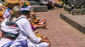 GOA LAWAH, BALI, INDONESIEN - November 3, 2016: Balinese som ber på ceremoni på den Pura Goa Lawah templet, Bali, Indonesien Royaltyfri Fotografi