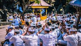 GOA LAWAH, BALI, INDONESIEN - November 3, 2016: Balinese som ber på ceremoni på den Pura Goa Lawah templet, Bali, Indonesien Royaltyfria Bilder