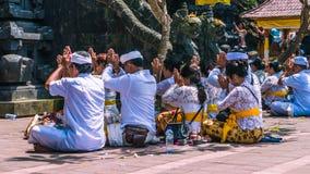 GOA LAWAH, BALI, INDONESIEN - November 3, 2016: Balinese som ber på ceremoni på den Pura Goa Lawah templet, Bali, Indonesien Fotografering för Bildbyråer