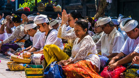GOA LAWAH, BALI, INDONESIEN - November 3, 2016: Balinese som ber på ceremoni på den Pura Goa Lawah templet, Bali, Indonesien Royaltyfria Foton