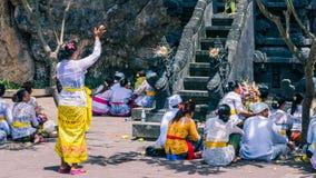 GOA LAWAH, BALI, INDONESIEN - November 3, 2016: Balinese som ber på ceremoni på den Pura Goa Lawah templet, Bali, Indonesien Arkivfoto