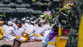 GOA LAWAH, BALI, INDONESIEN - November 3, 2016: Balinese som ber på ceremoni på den Pura Goa Lawah templet, Bali, Indonesien Arkivbilder