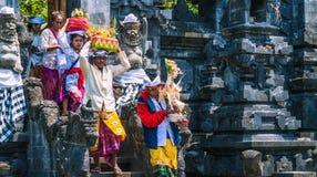 GOA LAWAH, BALI INDONEZJA, Listopad, - 3, 2016: Balijczyków ludzie w tradycyjnych ubraniach niosą błogosławią prezent po ceremoni Obraz Royalty Free