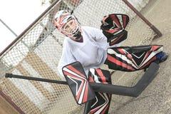 Goaler adolescente joven del hockey afuera en la arena Fotografía de archivo