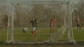 Goalie παραχωρώντας έναν στόχο μετά από ένα λάκτισμα θέσεων απόθεμα βίντεο