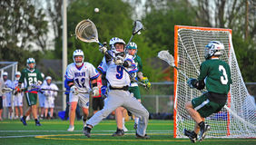 Goalie do Lacrosse que obstrui uma passagem Fotos de Stock Royalty Free