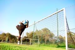 Goalie houdt een bal tegen Royalty-vrije Stock Afbeeldingen