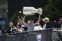 Goalien Jonathan Quick rymmer Stanley Cup, LAkonungar 2014 Victory Parade, Los Angeles, Kalifornien royaltyfri foto