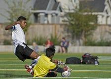 goalien sparar fotboll Royaltyfri Bild
