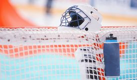 Goaltender` s munitie - helm en fles vóór het spel op de netto poort royalty-vrije stock afbeeldingen