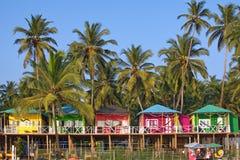 Goastrand Palolem India, kleurrijke bungalowwen onder de palm Royalty-vrije Stock Afbeeldingen