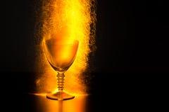 Gobelet de vin avec éclater des étincelles photographie stock libre de droits