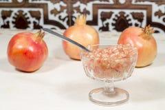 Gobelet en cristal complètement de grains blancs de grenade et de fruits Photo libre de droits