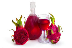 Gobelet et bouteille en verre de vin de Dragon Fruit Photo libre de droits