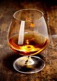 Gobelet rougeoyant de cognac riche Photos libres de droits