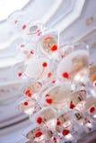 Gobelets en verre Pyramide de champagne Les verres vin et cerises de colline pour l'alcool Boisson de fête Décorations Images stock