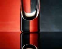 Gobelets en verre sur un fond coloré Image libre de droits