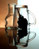 Gobelets en verre sur un fond coloré Images stock