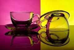 Gobelets en verre sur un fond coloré Photos stock