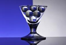 Gobelets en verre sur un fond coloré Images libres de droits