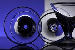 Gobelets en verre sur un fond coloré Photos libres de droits